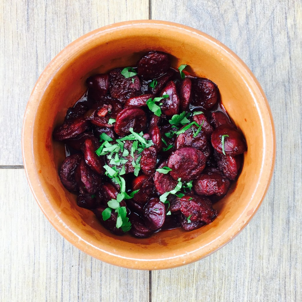 chorizo in red wine, classic tapas dishes, how to make tapas, how to make tapas chorizo, easy tapas recipe, easy family food from daisies and pie