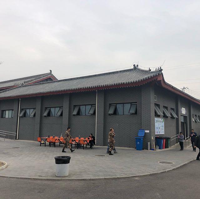 帰り道パーキング的なところでトイレ休憩。男子便所が全て個室になっていました。この方がコストダウンになるのかな?バケツもないので紙も流せるんですね。#トイレ事情#流すのは勇気が必要#ゴミ箱がない?!#北京市