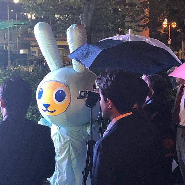 玉木さんのまちかどトークライブ。難しい話を分かりやすく、何よりへぇーって思いながら聞かされるトーク力は、いつ聞いてもすごいなと思います。あいにくの雨ですが、貴重なこくみんうさぎのカッパ姿が見えたのはラッキーかも。 #こくみんうさぎ#日本ヤバイ #玉木雄一郎#欲しい#トーク力