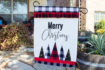 Bandera de jardín de feliz Navidad DIY en el porche delantero.