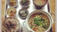 「ハーブ鶏と旬野菜のごまごまソース」   ☆香味野菜とお出汁が沁みた鶏肉とお野菜を、ごまソースでしあげました!