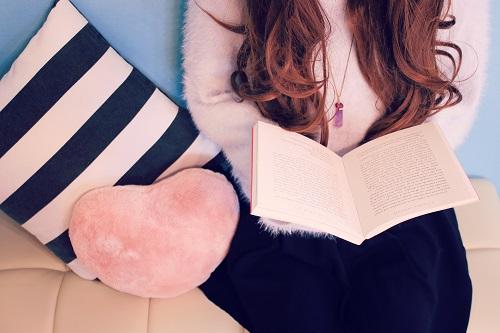 部屋で本を読む女の子