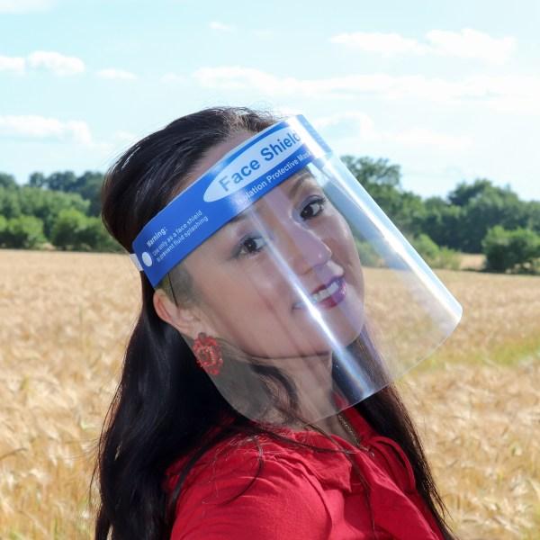 Face Shield aus leichtem PET Kunststoff getragen von einem Model. Artikelnummer DKT-F1303