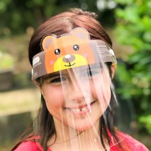 Kind mit Visier, das mit einem hübschen Bärchen an der Stirn verziert ist, von DaKaiTOP, Artikelnummer DKT-F2100