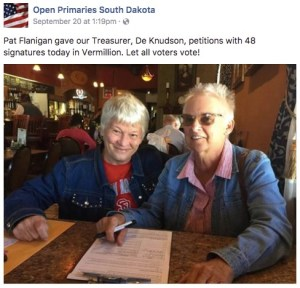 De Knudson (left) and Pat Flanigan working the open primary petition in Vermillion, 2017.09.20.