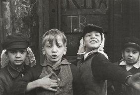 Helen Levitt kids posing