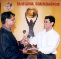 Dale Bhagwagar receives the Suvidha Gaurav Achiever Award from Shankar Lalwani, chairman of Suvidha Gaurav Foundation.