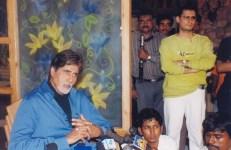 amitabh Dale Bhagwagar has an eye on the media as it interviews Amitabh Bachchan for a film he did PR for. Pic 2