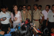 shilpa Dale Bhagwagar stands in support as client Shilpa Shetty addresses the media on Richard Gere controversy. - Pic 2