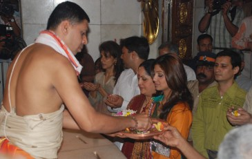 Shilpa Shetty visits the Siddhi Vinayak Temple with her parents immediately on her return to India after the 'Big Brother' win - Pic 3