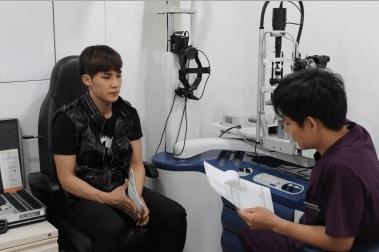 130214-simon-eye-checkup_1