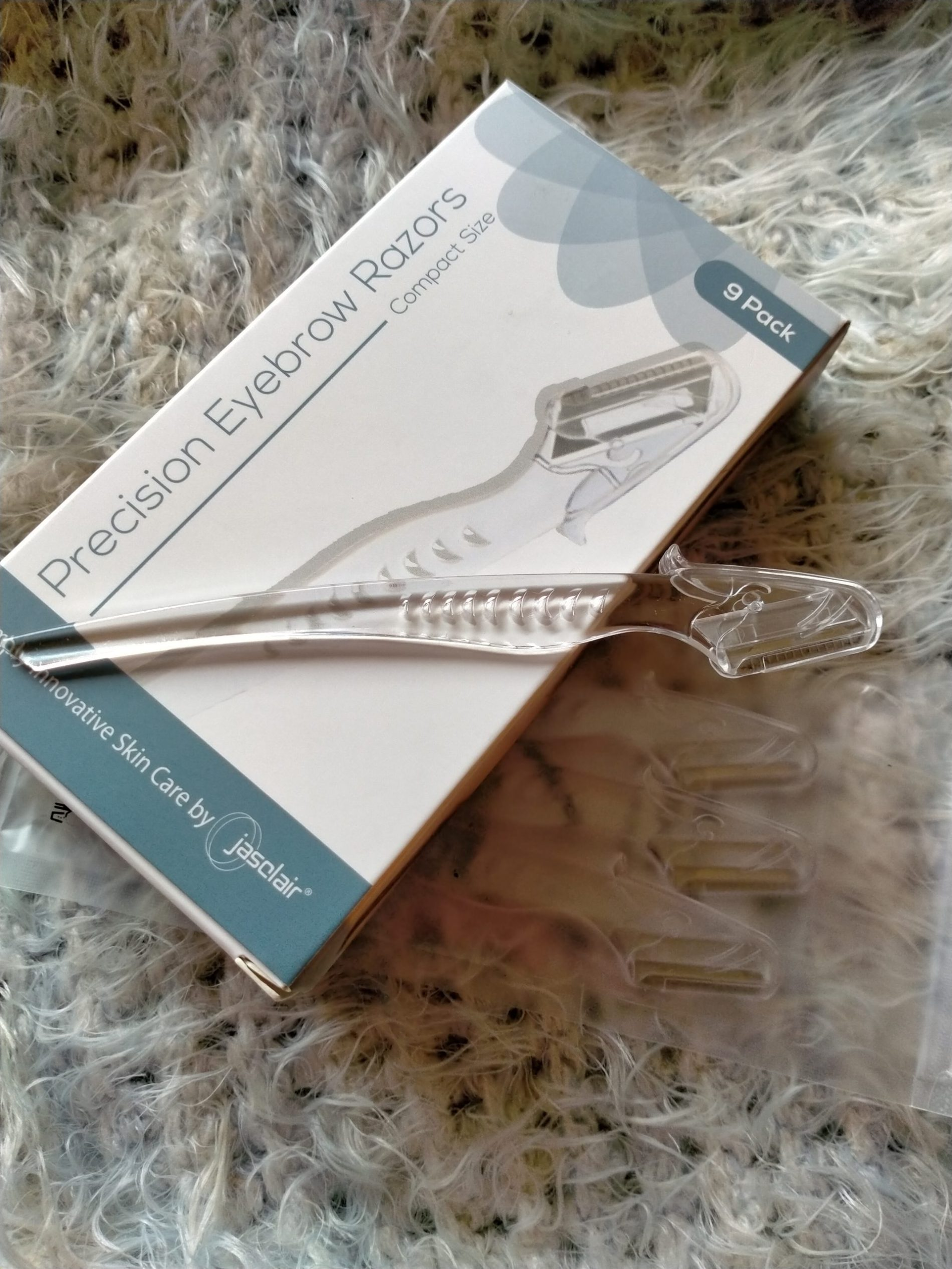 How to Trim & Shape Your Eyebrows at Home {Reviewing Jasclair's Touch-up Eyebrow Razor}