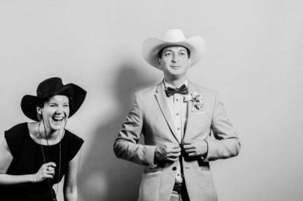 """Sidó Dia esküvőszervező, Hubadúr ceremóniamester """"texasi"""" pajtaesküvőn - remek csapat vagyunk (fotó: Szeidl Mariann)"""
