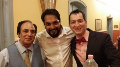 bilingual-master-of ceremony-selfi-with-the groom-Huba