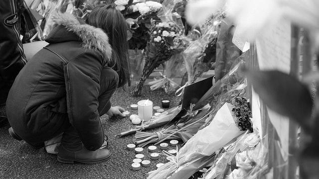 A Bataclanban történt terrortámadás áldozataira emlékeznek. Fotó: Jérôme Deiss