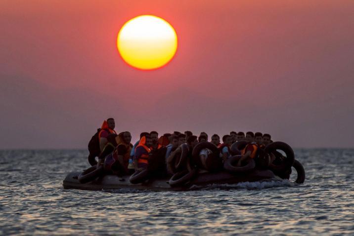 اليونان تجبر 83 طالب لجوء على العودة إلى المياه التركية