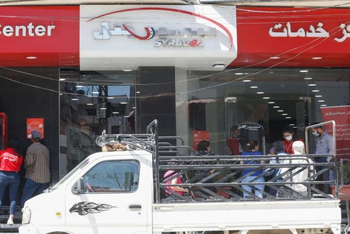 النظام يطلق سراح عشرات الموظفين في شركات رامي مخلوف