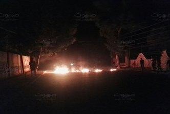 ريف دمشق النظام يفضّ احتجاجات كناكر بالأسلحة الثقيلة، ومجهولون يستهدفون عميداً في أحد حواجزها