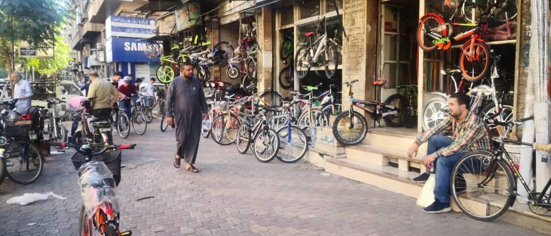 """""""ركنت سيارتي حتى إشعار آخر"""".. أزمة البنزين تنشّط سوق الدراجات الهوائية بدمشق"""