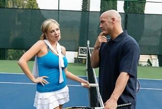 Tenistka Katie Kox píchá s trenérem