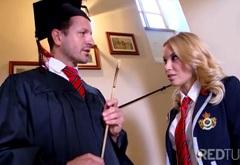 Profesor George Uhl a studentka Sabrina Blond aneb Jak to chodí na prestižní škole – české porno