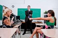 Studentky Lizz Tayler a Tegan Summers laškují s panem učitelem