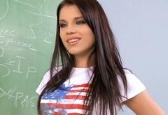Školačka Angel Rivas ve školním skupinovém sexu