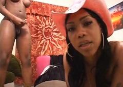 Bizarní okénko: Dvě čokoládové transky aneb Černé shemale porno