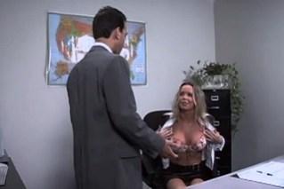 Nadržená sekretářka si usmíří šéfe