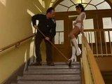 Pan domácí šuká na schodech s nájemnicí