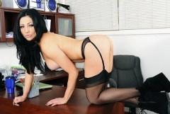 Mužský penis si užije s černovlasou kočičkou Audrey Bitoni