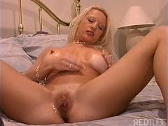 Šťavnatá kundička si užívá masturbace