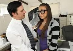 Profesor vezme pod svá křídla studentku Ariel Rose
