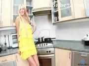 Slečna Pavla masturbuje v kuchyni