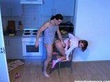 Dívka, která to má ráda na židličce