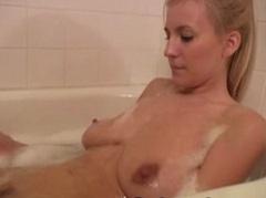 Jemné škádlení mušličky ve vaně