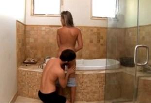 Ella Milano v koupelně s přístupnou kundičkou