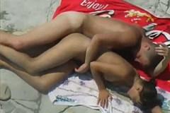 Amatér nenápadně zasune do své dívky na nudistické pláži!