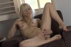 Blondýnka Brea Bennett v jemné masturbaci (HD porno)