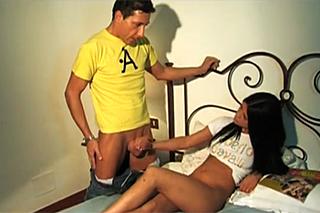 Borec přištihne nevlastní sestru při masturbaci – rodinné porno
