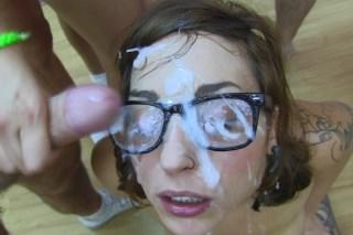 Brýlatá amatérka je zastříkána mužským semenem – bukkake videa
