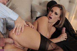 Claire Castel je součástí sexuálních orgií čtyři na dvě