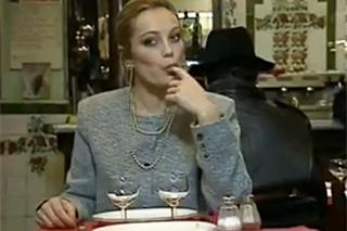 Dáma v restauraci svede ženáče od vedlejšího stolu (Laure Sainclair)