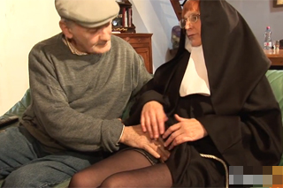 Důchodce přefikne starou jeptišku (HD porno)