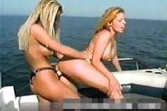 Dvě vnadné kozatice se opíchají na lodi