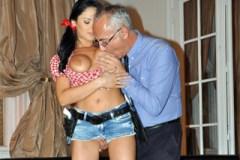 Kovbojka Anastasia Brill si pohraje se starým penisem
