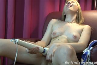 Krásná holčička prožije orgasmus (HD porno)