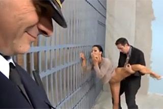 Manželka šoustá s ředitelem věznice před celou se spícím manželem