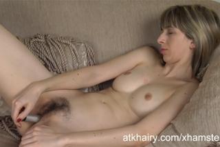 Masturbace chlupaté mušličky na gauči (HD porno)