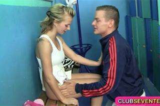 Mladičká atletka se nechá ojet trenérem (HD porno)